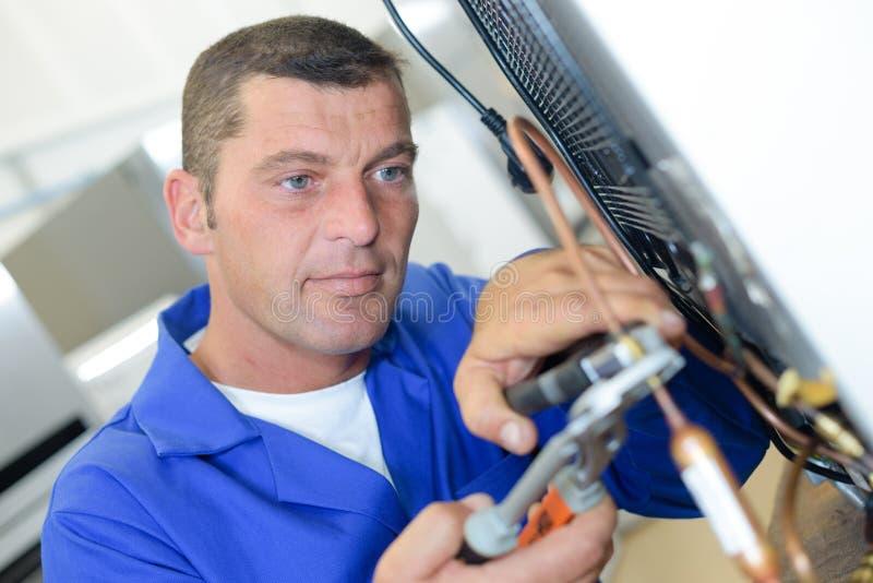 Reparador que trabalha no dispositivo foto de stock royalty free
