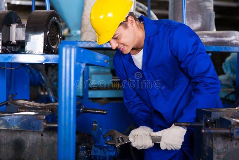 Reparador que usa la llave imagen de archivo