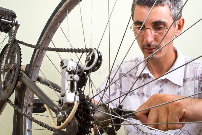 Reparando a bicicleta imagem de stock royalty free