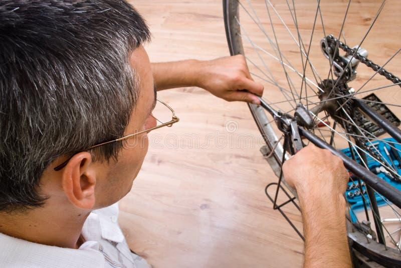 Reparando a bicicleta imagens de stock royalty free