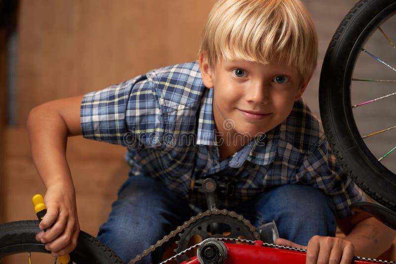 Reparando a bicicleta fotografia de stock royalty free