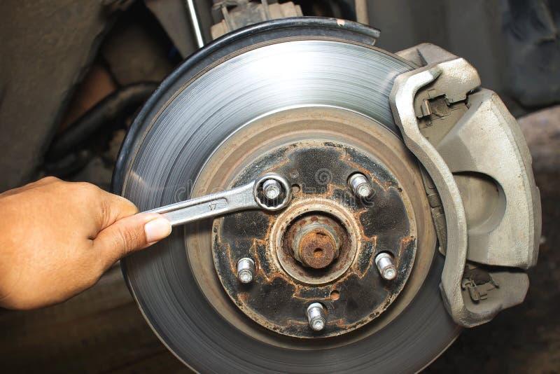 Reparando freios no carro fotos de stock