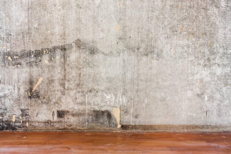 Reparando o muro de cimento velho da sala e o assoalho marrom sujo imagem de stock royalty free