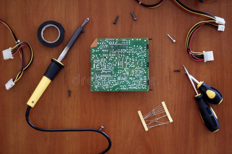 Reparando a tabela para a eletrônica imagem de stock
