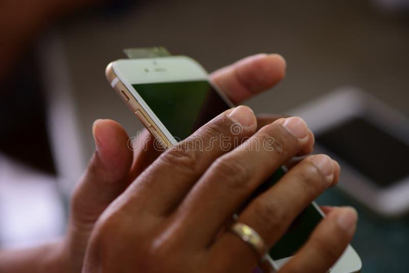 Reparando telefones celulares e tabuletas por técnicos especializados imagens de stock