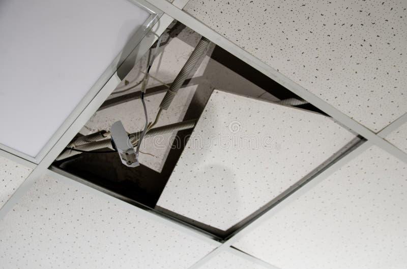 Reparatie en installatie van fluorescente lampmateriaal in het bureau stock afbeeldingen