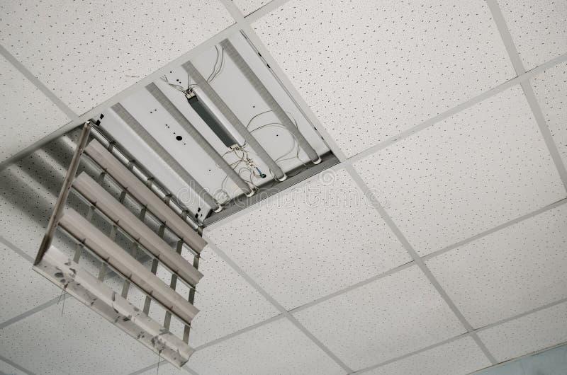 Reparatie en installatie van fluorescente lampmateriaal in het bureau royalty-vrije stock fotografie