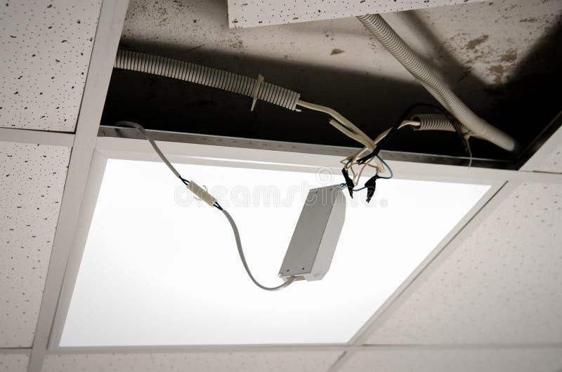 Reparatie en installatie van fluorescente lampmateriaal in het bureau stock foto's