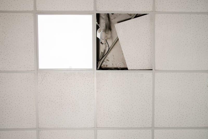 Reparatie en installatie van fluorescente lampmateriaal in het bureau stock afbeelding