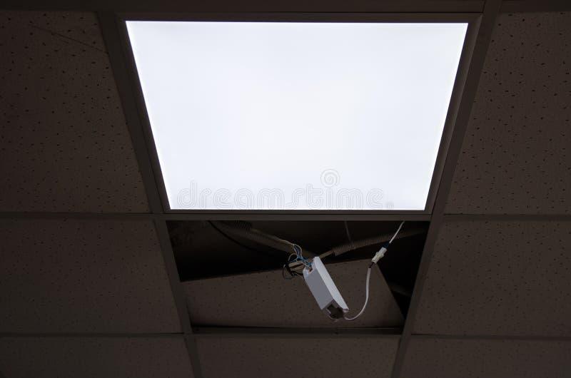 Reparatie en installatie van fluorescente lampmateriaal in het bureau stock foto