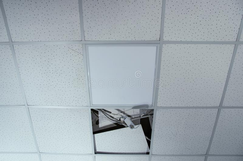 Reparatie en installatie van fluorescente lampmateriaal in het bureau royalty-vrije stock afbeelding