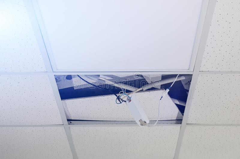 Reparatie en installatie van fluorescente lampmateriaal in het bureau royalty-vrije stock foto's