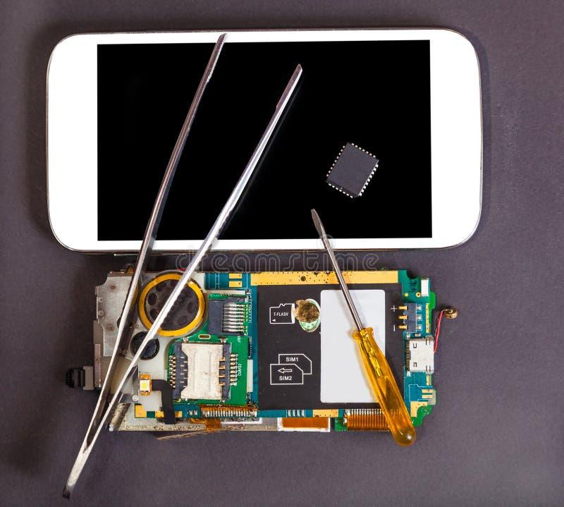 Reparatie en onderhoud van mobiele apparaten stock afbeelding