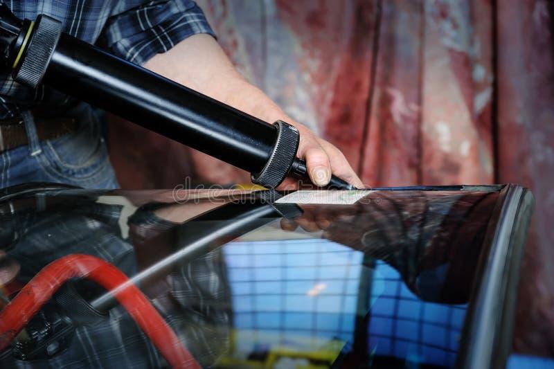 Reparatie en vervanging van het windscherm van de auto stock foto