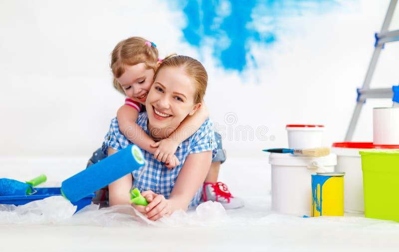 Reparatie in flat Gelukkige van het familiemoeder en kind dochterpijn royalty-vrije stock fotografie
