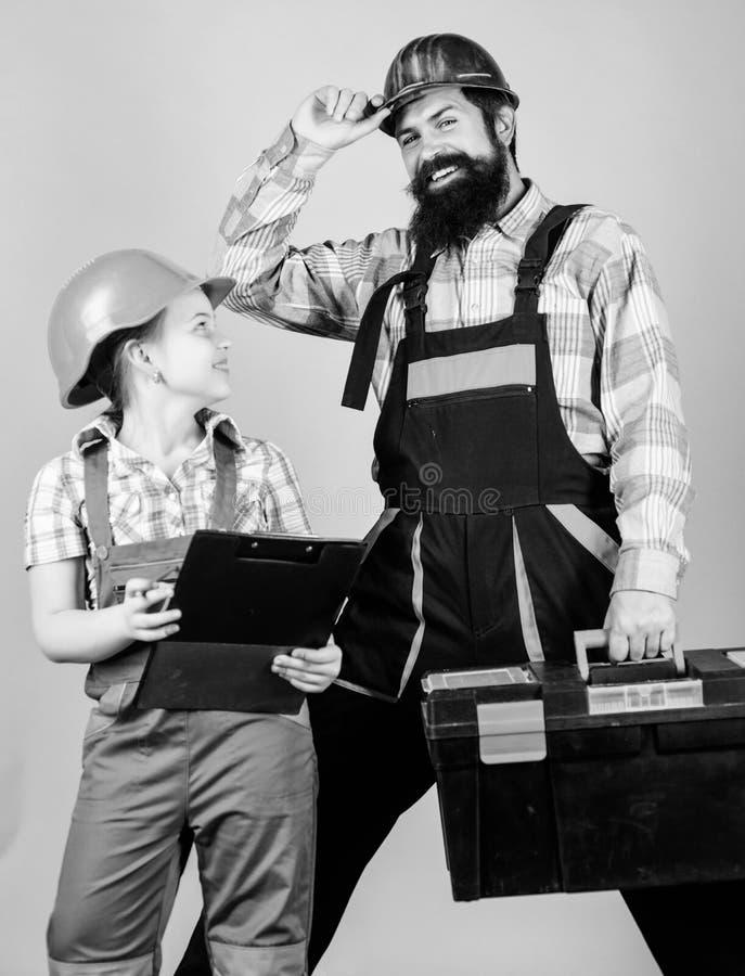 reparatie Kinderencreativiteit Gebaarde mens met meisje E Bouwer of Timmerman stock foto