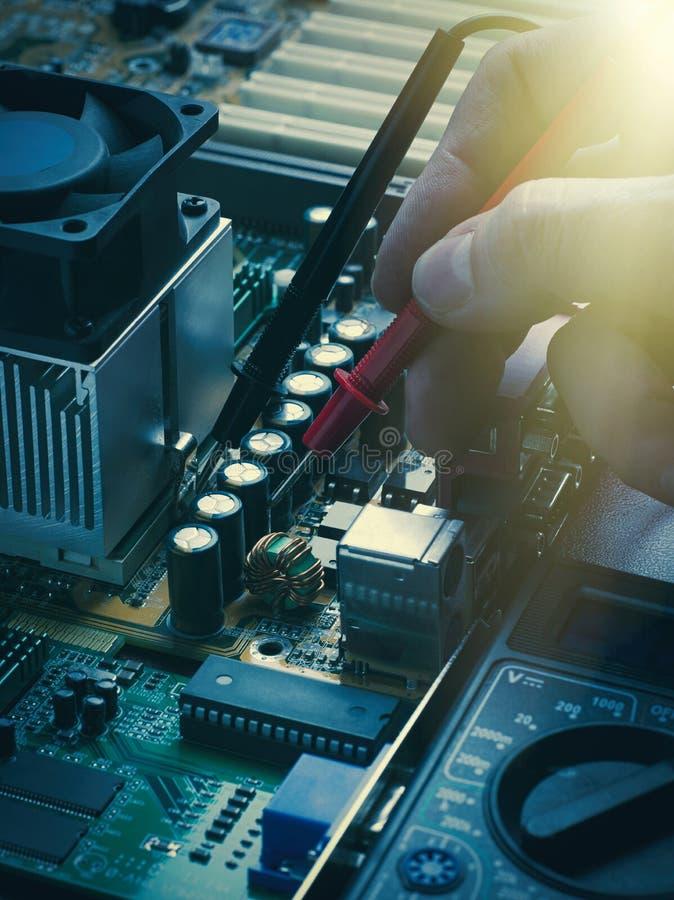 Reparatie van computerraad het solderen stock afbeeldingen