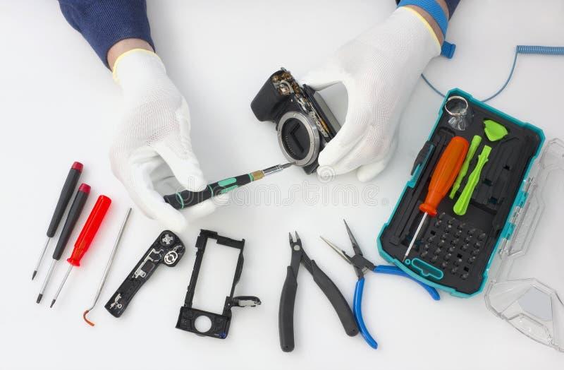Reparatie van de moderne fotocamera stock fotografie