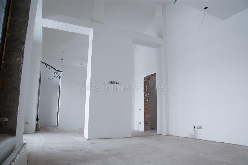 Reparatie van gebouw in het huis De ruimte vóór de verbetering royalty-vrije stock afbeeldingen