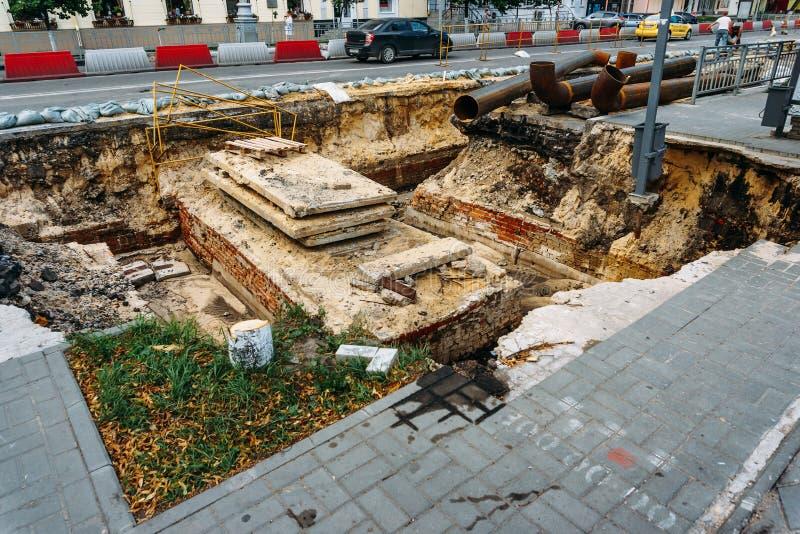 Reparatie van wegen en ondergrondse waterpijpen in Voronezh-stad stock foto's