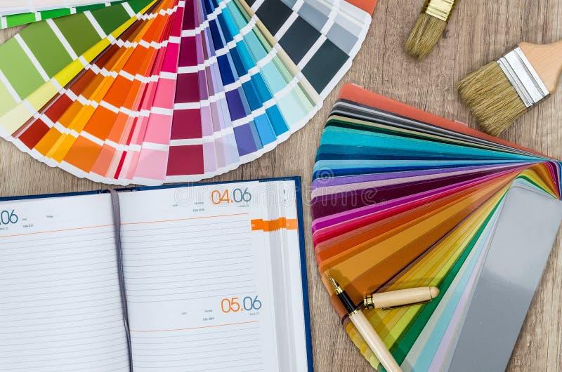 Reparatieplan met agenda en kleurenmonsters stock fotografie