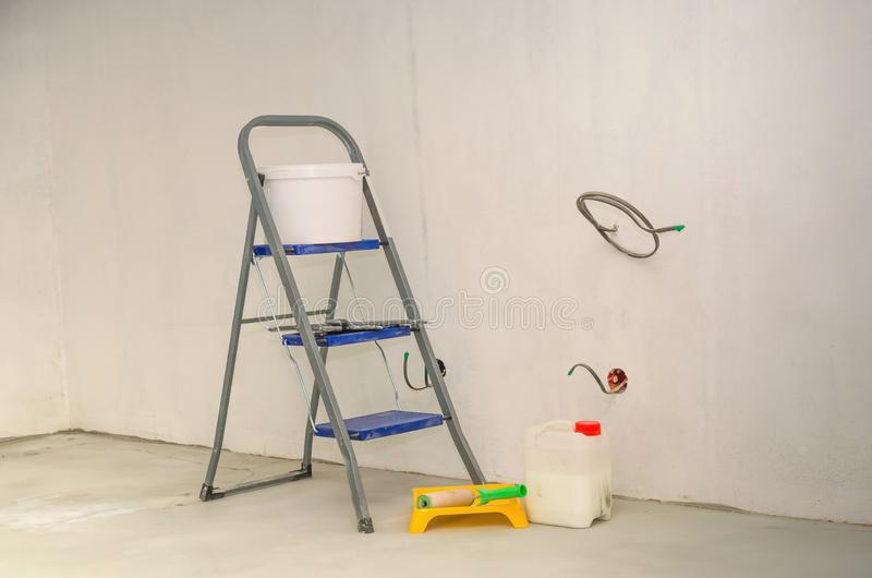 Reparaties in de flat Ladder en reeks hulpmiddelen voor reparatie royalty-vrije stock afbeeldingen