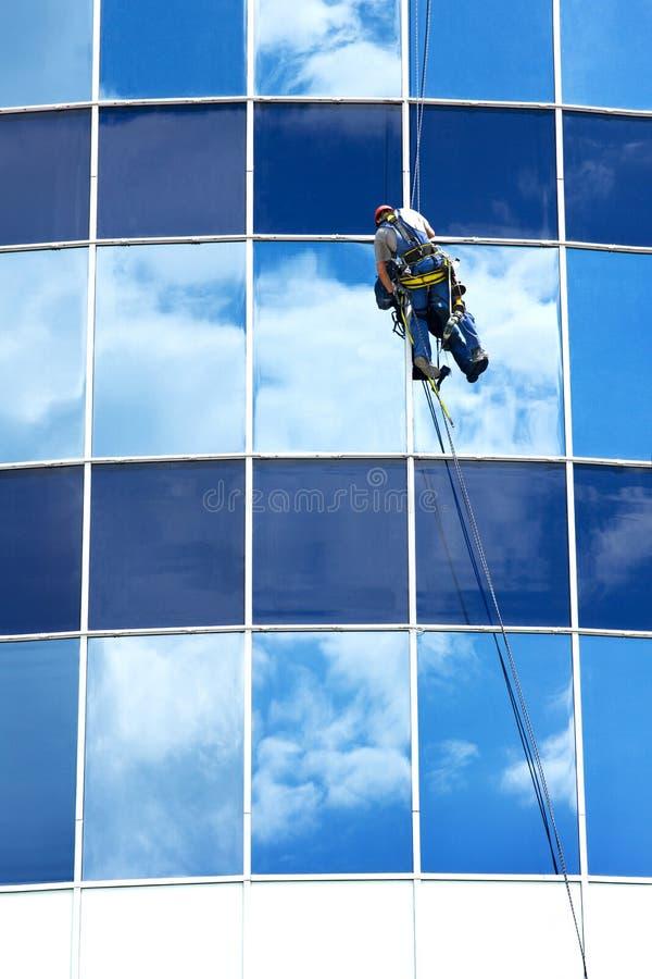 Reparatievensters van high-rise gebouwen stock afbeeldingen