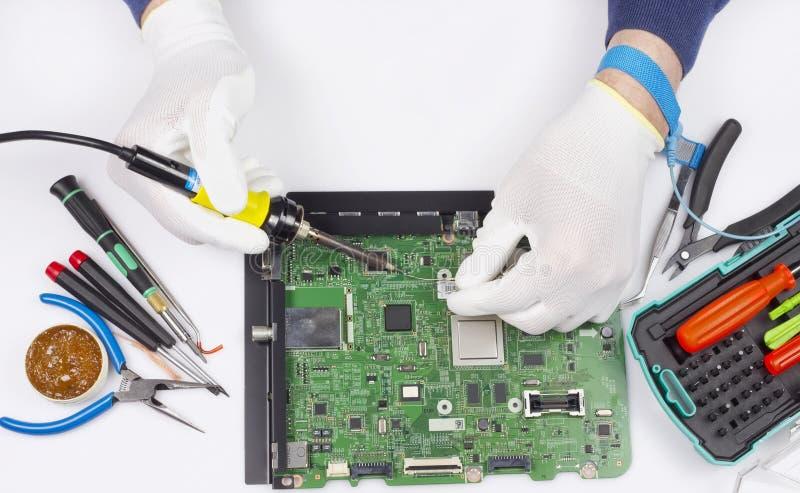 Reparation av det digitala begreppet för bräde för utskrivaven strömkrets arkivbilder