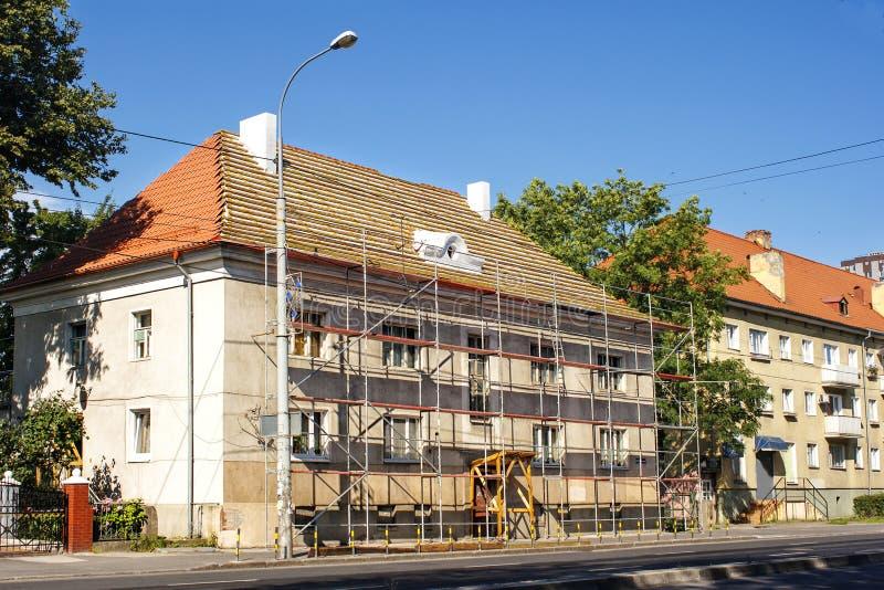 Reparation av en bostads- byggnad utanför i staden arkivfoto