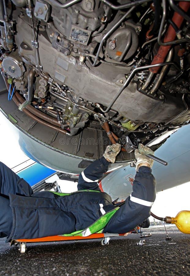 Reparation av en flygplanmotor på startfältet fotografering för bildbyråer