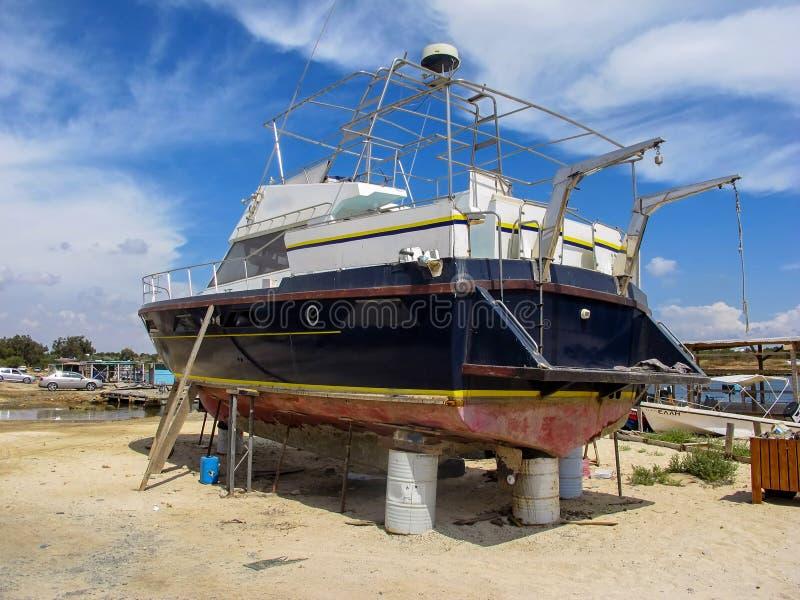 Reparation av ett stort skepp i den torra skeppsdockan, Cypern royaltyfri bild