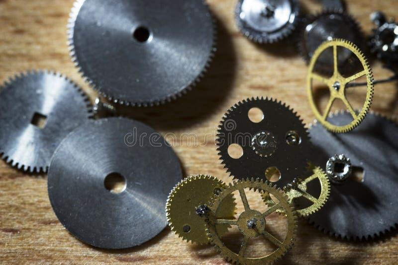 Reparation av mekaniska klockor arkivbild