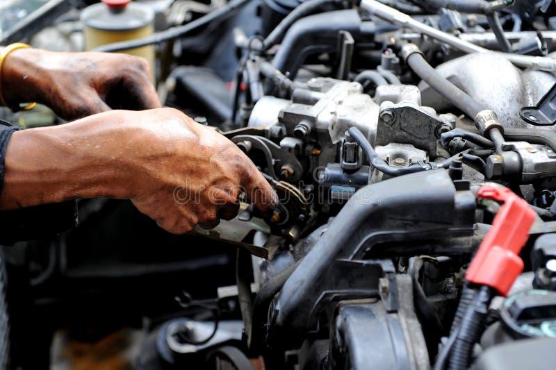 Reparation av motorn royaltyfri bild