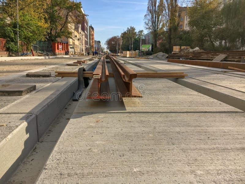 Reparation av vägen i stad-utbytet av stänger för spårvagnen arkivfoton
