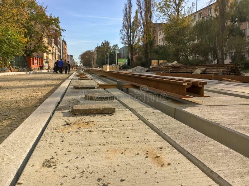 Reparation av vägen i stad-utbytet av stänger för spårvagnen arkivbilder