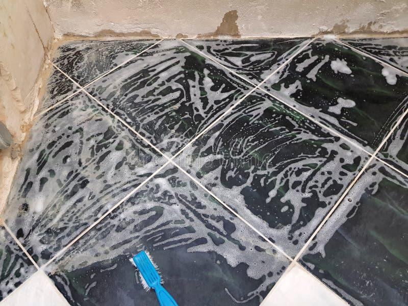 Reparation - limescale och borste med tvål arkivfoton