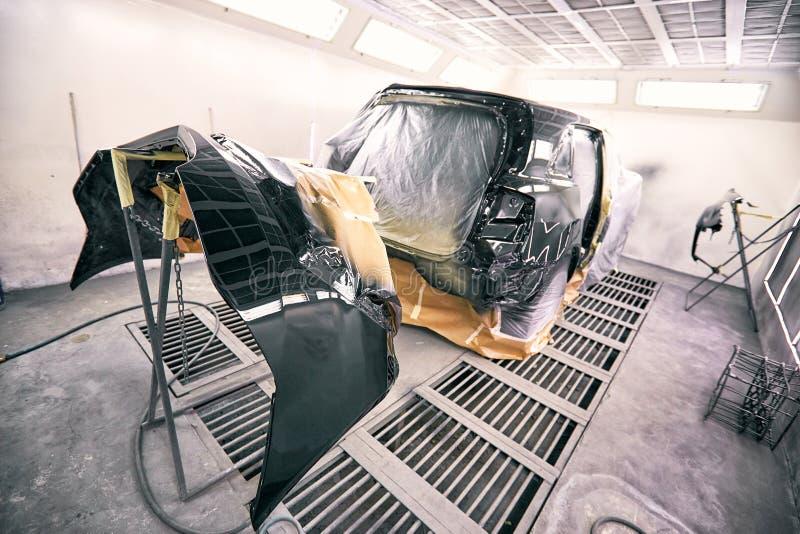 Reparation och målning av bilen på servicen fotografering för bildbyråer