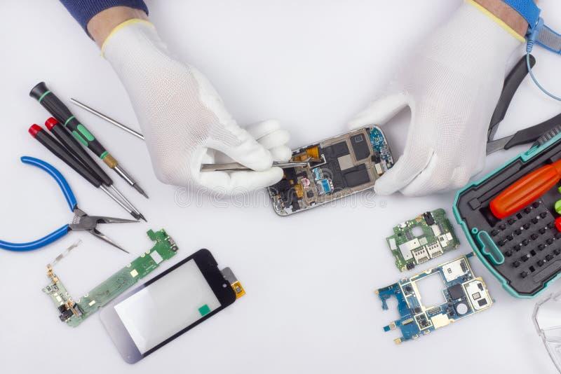 Reparationen av det modernt ilar telefoner arkivfoton