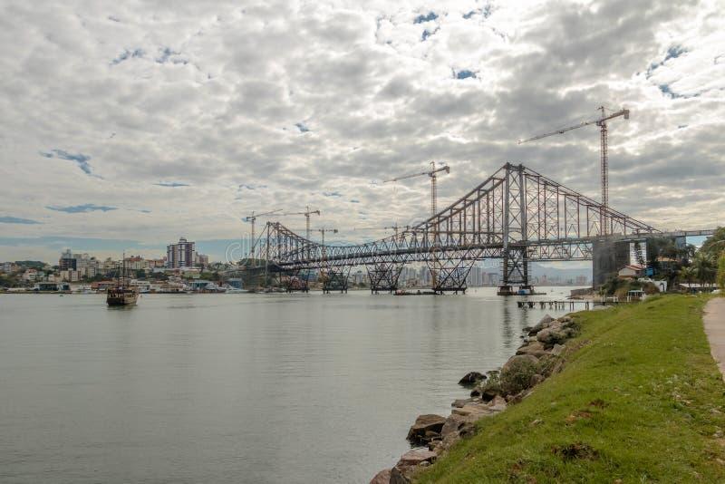 Reparationer som äger rum på Hercilio Luz Bridge - Florianopolis, Santa Catarina, Brasilien royaltyfri foto