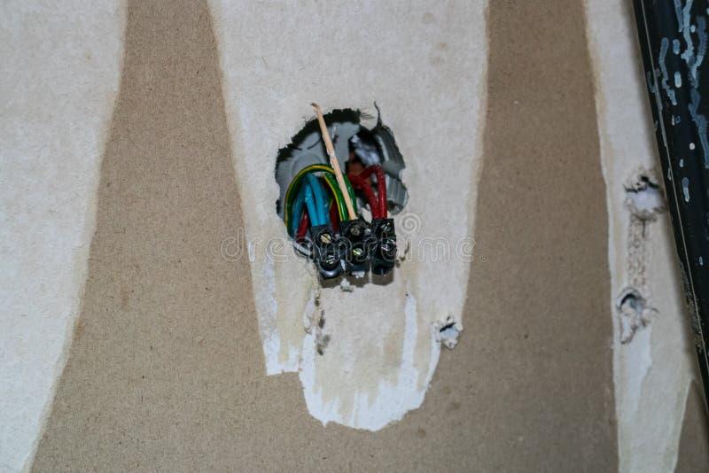 Reparationsarbete inomhus Utbyte av gamla elektriska uttag i huset arkivfoto