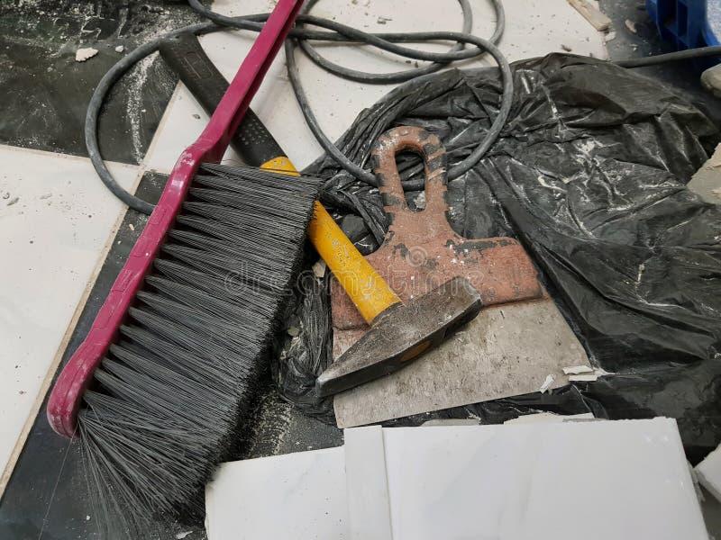Reparationsbyggnad och hammare med borsten och spateln arkivfoton