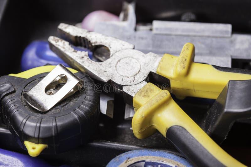 Reparationshanden bearbetar closeupen arkivbild