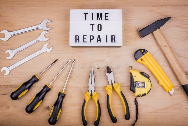 Reparationshjälpmedel - hammare, skruvmejslar, justerbara skiftnycklar, plattång Manligt begrepp för faders dag royaltyfri bild
