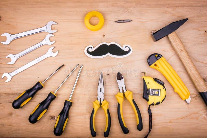 Reparationshjälpmedel - hammare, skruvmejslar, justerbara skiftnycklar, plattång Manligt begrepp för faders dag royaltyfri fotografi