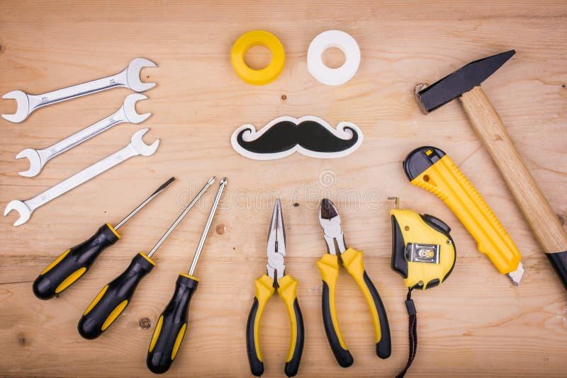 Reparationshjälpmedel - hammare, skruvmejslar, justerbara skiftnycklar, plattång Manligt begrepp för faders dag arkivbilder