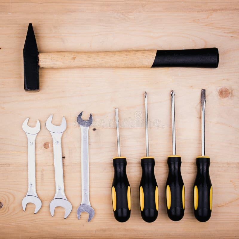 Reparationshjälpmedel - hammare, skruvmejslar, justerbara skiftnycklar, plattång Manligt begrepp för faders dag royaltyfri foto