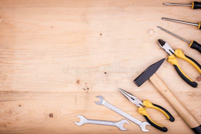 Reparationshjälpmedel - hammare, skruvmejslar, justerbara skiftnycklar, plattång Manligt begrepp för faders dag arkivfoto