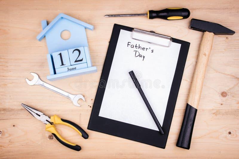 Reparationshjälpmedel - hammare, skruvmejslar, justerbara skiftnycklar, plattång paper arkwhite Manligt begrepp för faders dag 12 fotografering för bildbyråer