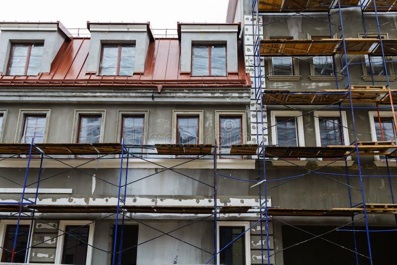 Reparatur der Gebäudefassade stockbilder
