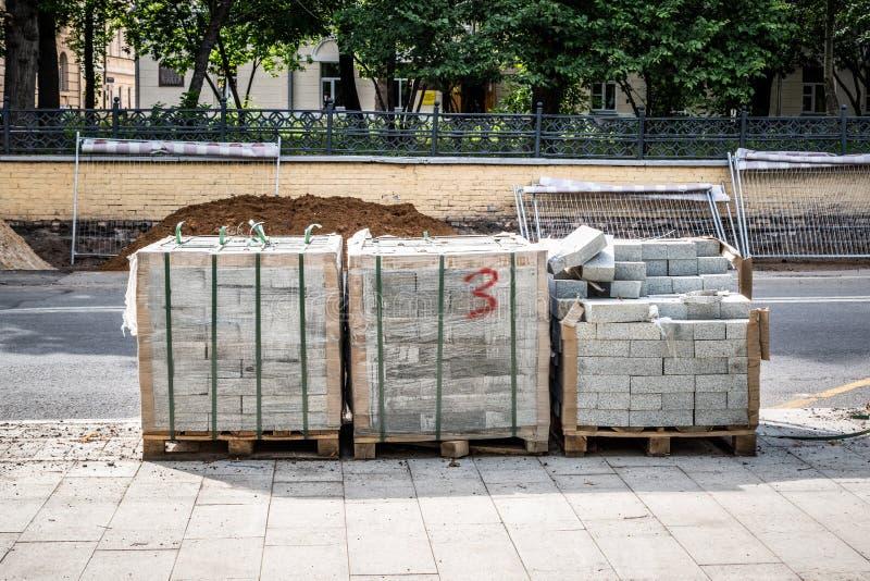 Reparatur des Bürgersteigs, Ersatz von Fliesen in der Stadtstraße lizenzfreies stockfoto
